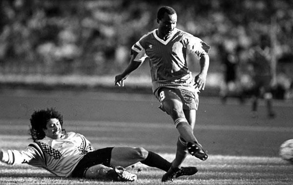 Mundial de 1990: la increíble historia de Roger Milla