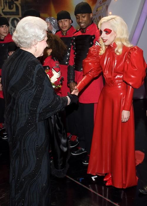 Lady gaga conoce a la reina de inglaterra