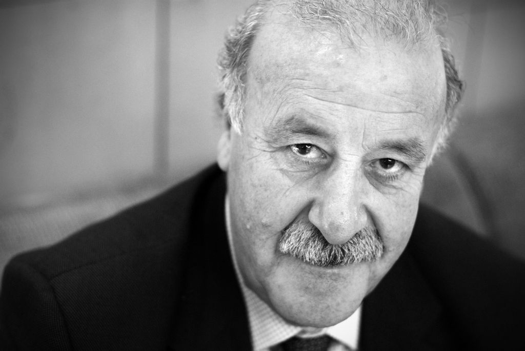 El ojo periodístico contempla a Vicente Del Bosque retrepado sobre un sillón del hotel Eurobuilding de Madrid. La cita es a las nueve y media de la mañana y ... - Vicente-del-Bosque-para-Jot-Down-2-1