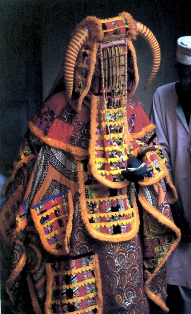 Yoruba enmascarado en el egungun