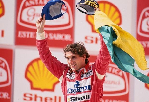 Senna tras vencer en el Gran Premio de Brasil. Fotografía perteneciente al Instituto Ayrton Senna