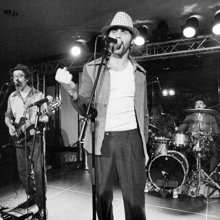 Iván Castelló: Clones del rock, karaoke on the rocks