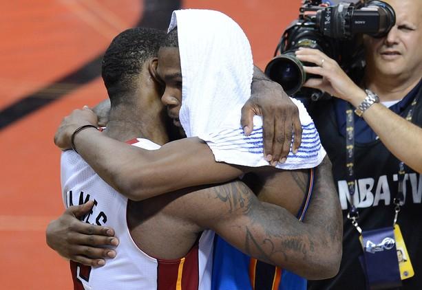 El emotivo abrazo entre James y Durant que seguro que veremos repetido en el futuro. Aunque quizá los papeles de vencedor y derrotado cambien