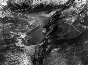 Panorámica de la presa de Vajont antes de la catástrofe. Para apreciar la escala de la fotografía, la coronación de la presa (abajo, a la izquierda) mide 190,50 metros