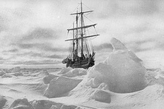 El Endurance, atrapado en el hielo, fotografiado por sus propios tripulantes.