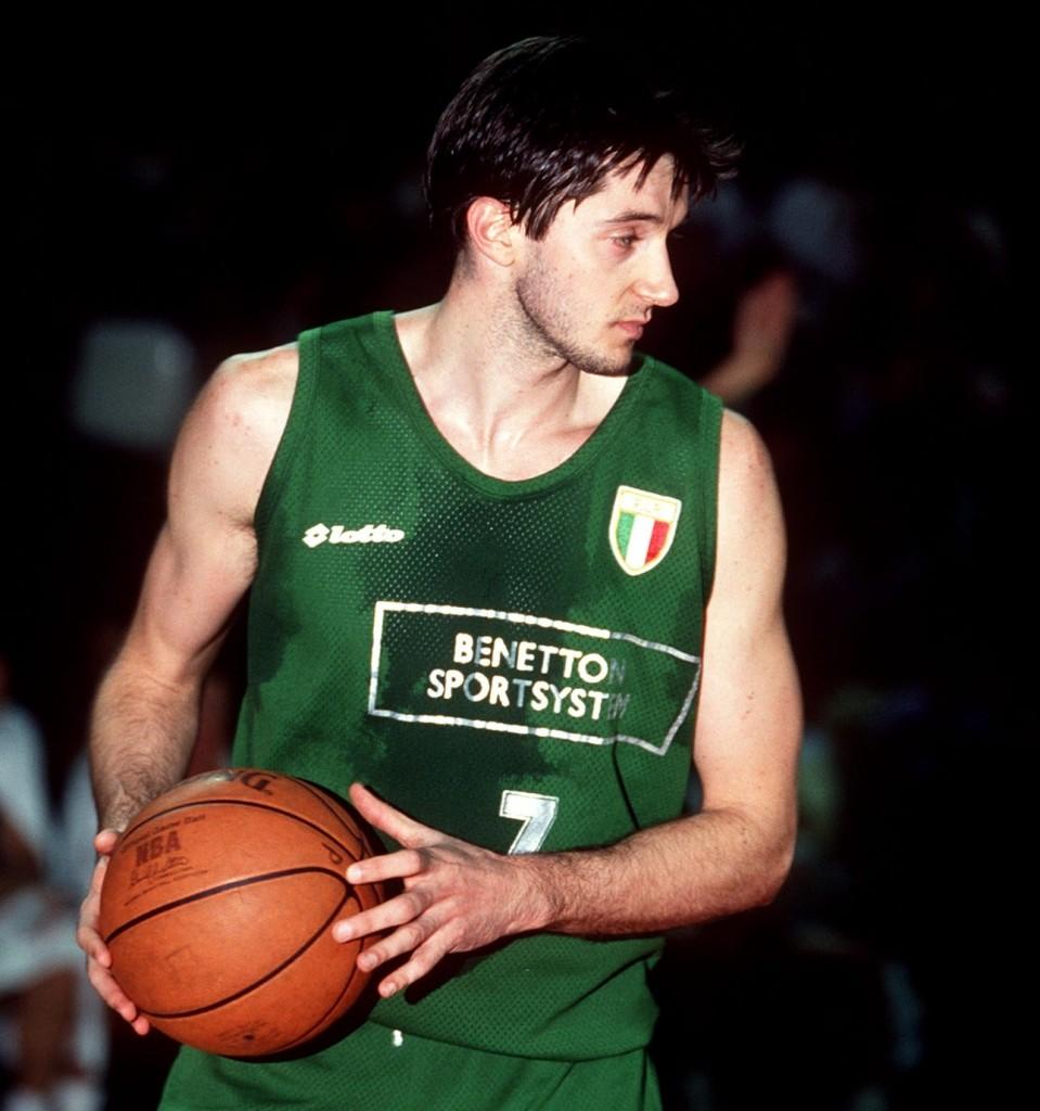Tony KUKOC, jugador de baloncesto de Croacia, alero del Benetton, con balon. Estudiantes - Benetton / Copa Europa 1992-93. Palacio de Deportes de la Comunidad de Madrid. 03-02-1993