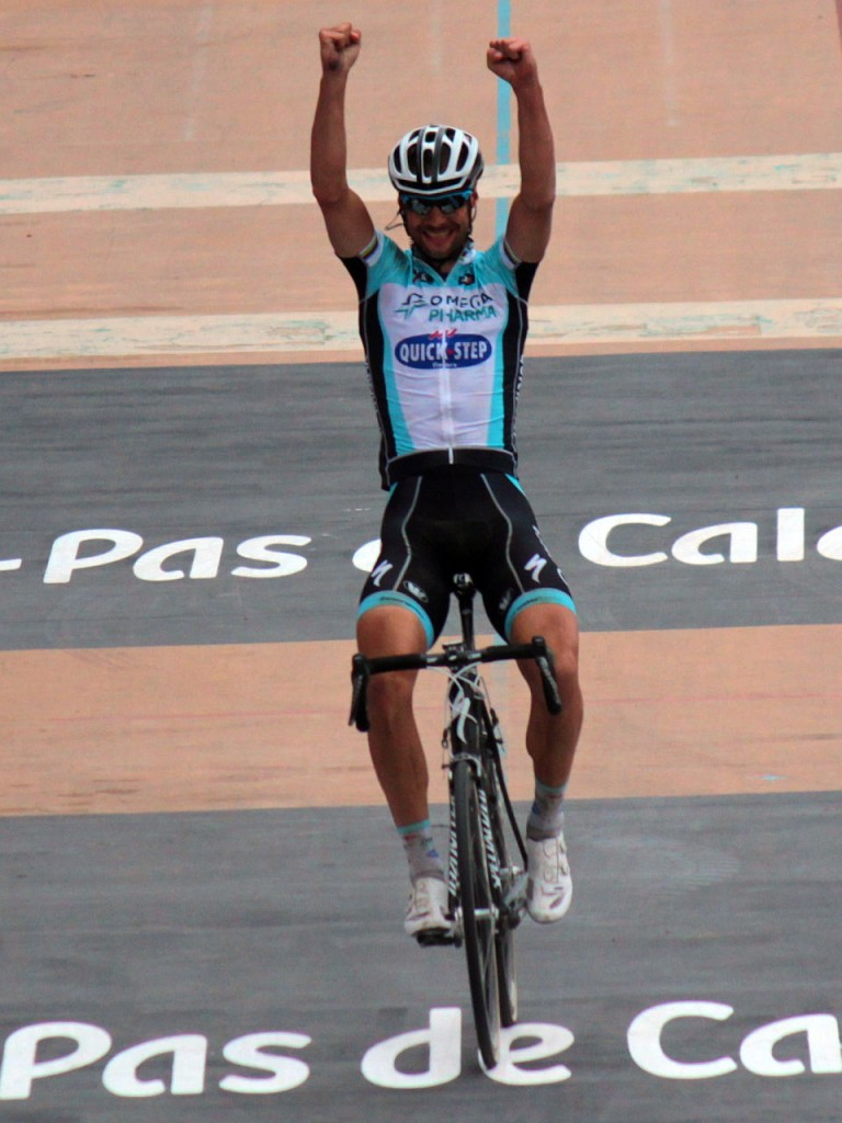 Tom Boonen cruzando la meta en el velódromo de Roubaix Fotografía de Roxanne King