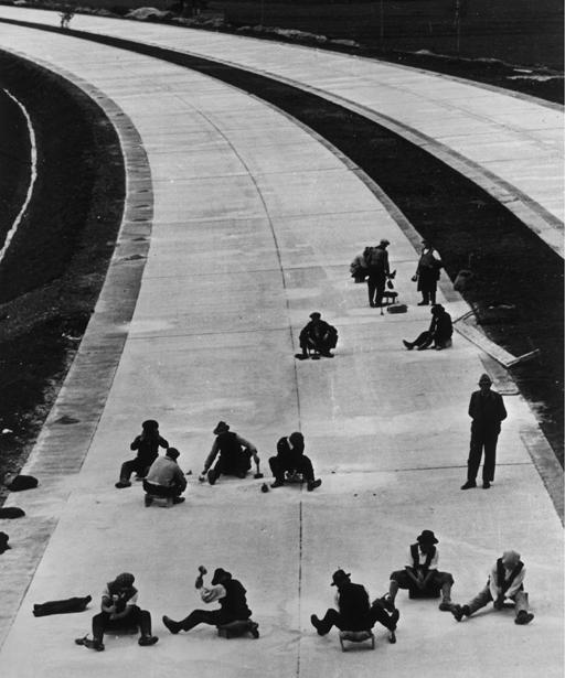 Trabajadores en una autopista