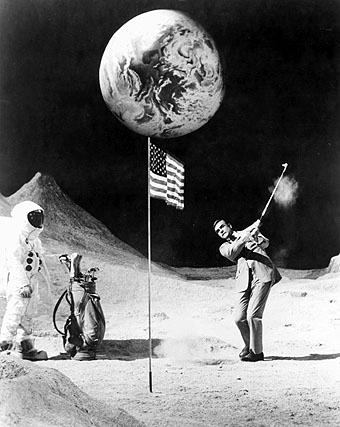 Sean Connery jugando al golf en la Luna