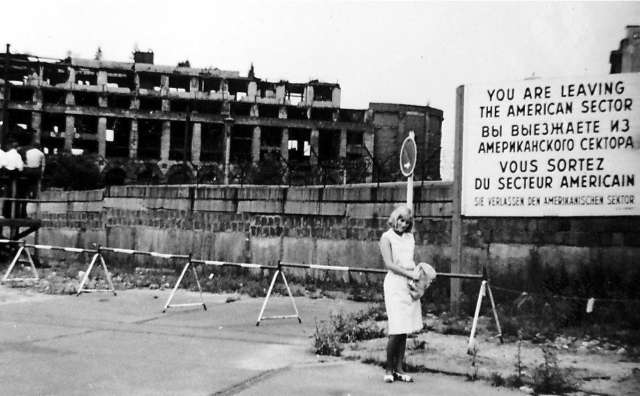 Una fräulein abandonando el sector americano de Berlín