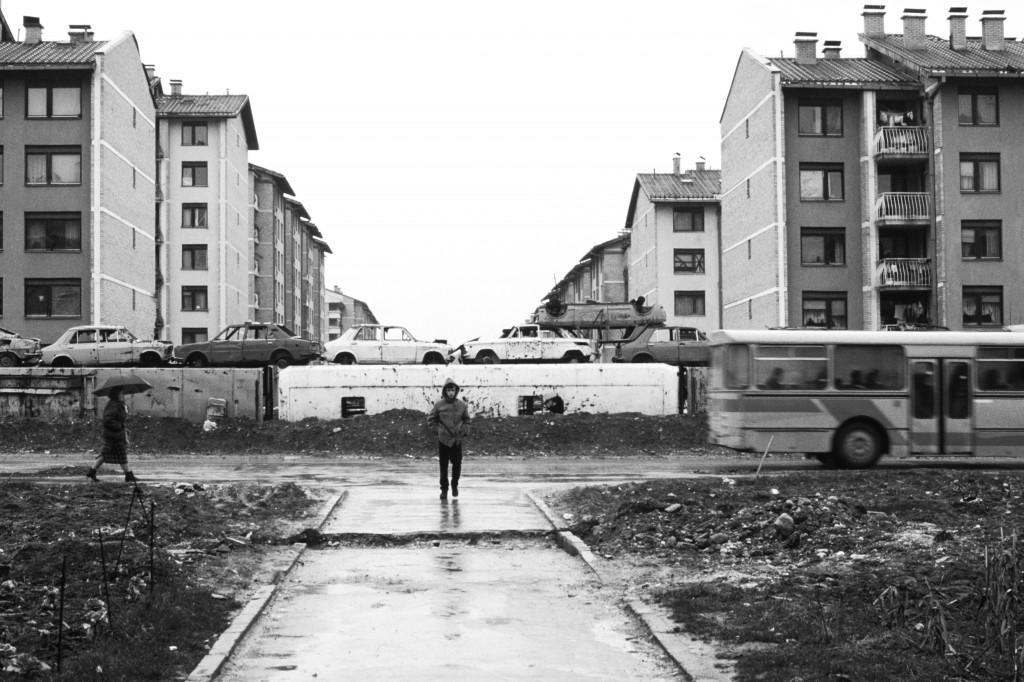 Coches amontonados niño que camina Sarajevo 1996 Fotografía de Nico Polato