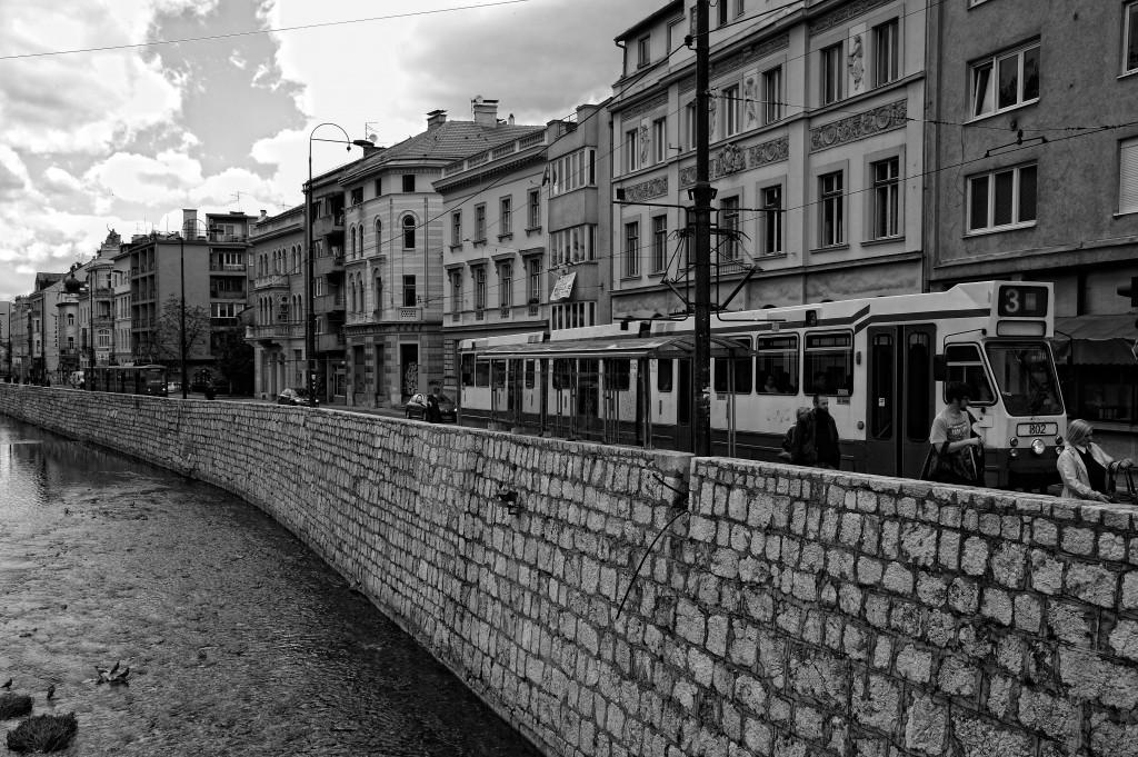 Perspectiva del río Miljacka Sarajevo 2012 Fotografía de Nico Polato