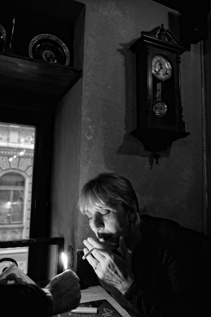 Todavía se fuma en el interior de los bares de Bosnia Sarajevo 2012 Fotografía de Nico Polato