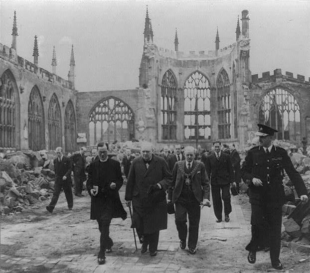 Churchill visitando las ruinas de la Catedral de Coventry tras el bombardeo del 15 de noviembre de 1940