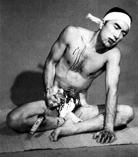 Yukio Mishima fingiendo (y anticipando) su suicidio