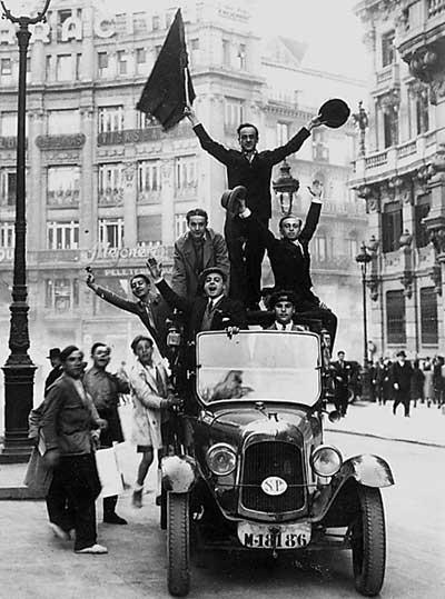 Un grupo de hombres celebra la proclamación de la segunda república