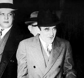 Victor Lustig vendió la torre Eiffel como chatarra y consiguió estafar a Al Capone.