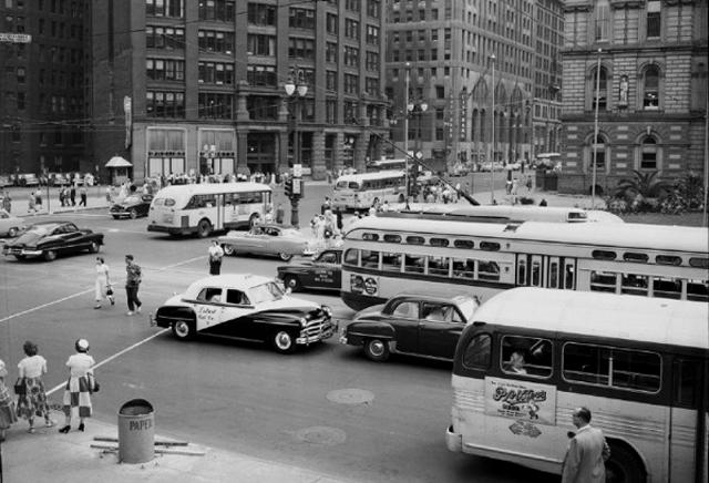 Detroit bullendo de actividad en sus días de esplendor: una imagen extrañamente distante. (WunderPhotos)
