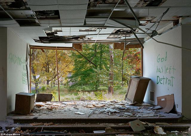 """Un asilo abandonado mostrando una pintada que dice """"Dios se ha ido de Detroit"""""""