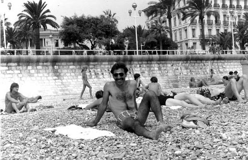 No, no es Borat, es Mansour Bahrami a su llegada a Francia.