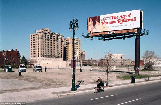 Woodward Avenue ofrece un espectáculo de vacío y desolación en pleno centro. (Daily Mail)