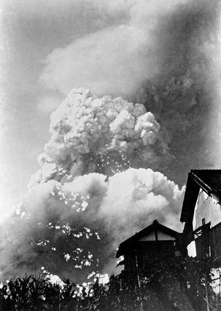 El tronco del hongo nuclear, fotografiado desde abajo por el reportero Yoshito Matsushige.