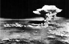 La nube atómica sobre Hiroshima, en una foto tomada desde el Enola Gay. (DP)