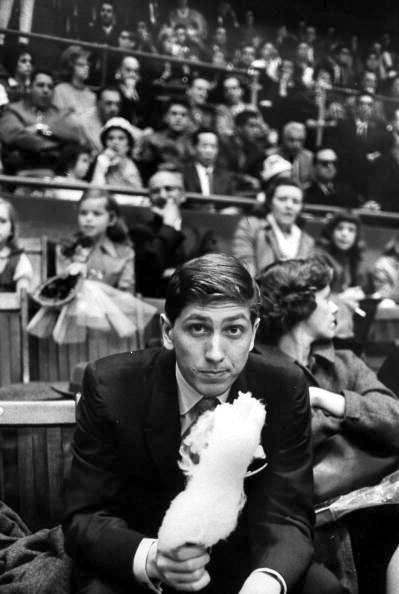 Curiosa foto de Fischer en lo que parece una función de circo (vista en el blog de Susan Polgar).