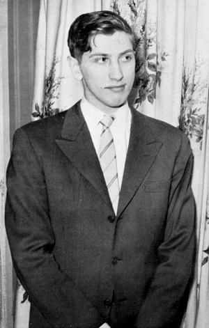 Por consejo de los demás Maestros, Fischer cambió sus ropas raídas por traje y corbata.