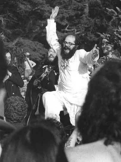 El poeta Allen Ginsberg salta feliz en un encuentro hipter.