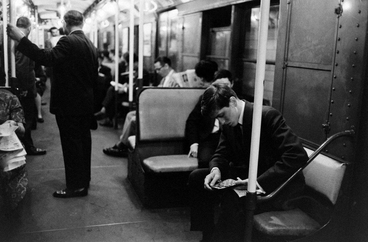 Fischer con su tablero de bolsillo en el metro, ausente de todo.