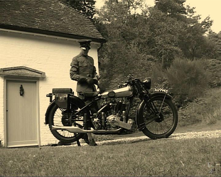 Lawrence a la puerta de su casa, junto a su moto.