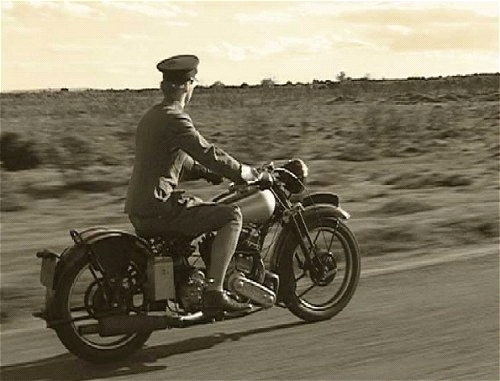 Lawrence pilotando su Brough Superior