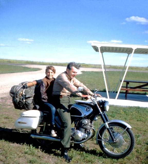 Pirsig con su hijo Chris y la Honda Superhawk sobre la que hicieron el mítico viaje.