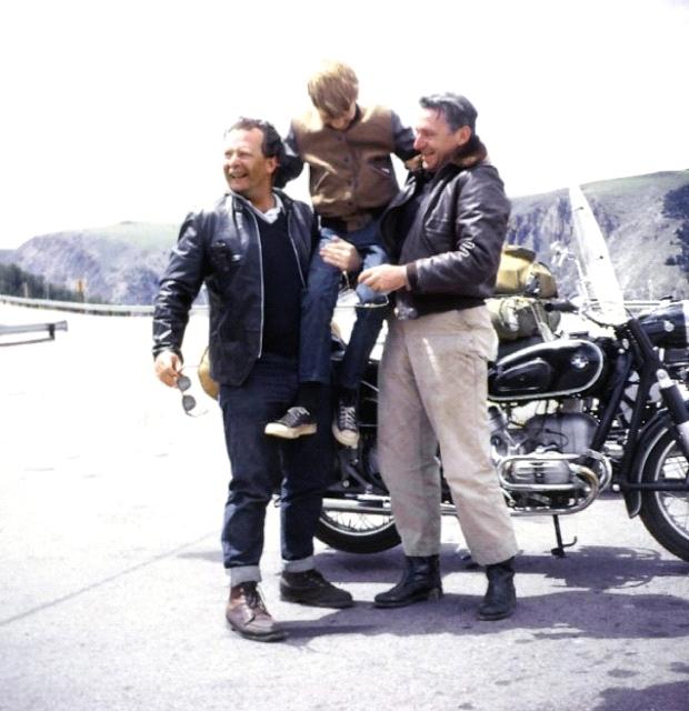 Pirsig sostiene, junto al batería de jazz John Sutherland (que les acompañó parte del viaje a lomos de una BMW R60) a su hijo Chris.