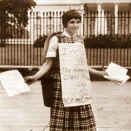 Regina Fischer, madre de Bobby, en una de sus protestas frente a la Casa Blanca.