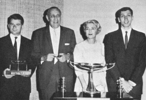 El matrimonio Piatigorsky con los jóvenes Boris Spassky y Bobby Fischer.