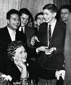 El simpático Mijail Tal (izquierda), pasando el rato junto a Bobby Fischer.