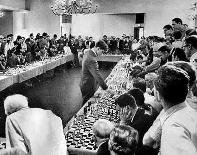 Exhibición de partidas simultáneas en 1964; aquellos shows eran una de sus mayores fuentes de ingresos.