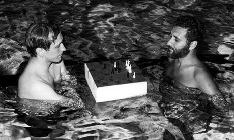 Bobby Fischer y su amigo, el GM Larry Evans, jugando relajadamente al ajedrez acuático.