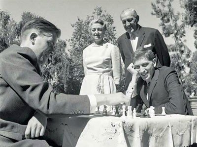 El danés Bent Larsen juega con Bobby ante la atenta mirada del matrimonio Piatigorsky.