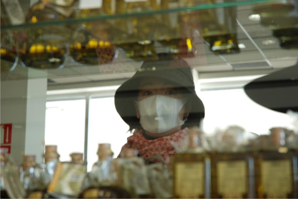 Turista japonesa examina aceite de oliva cerca de Linares - Fotografía de Pablo Mediavilla Costa
