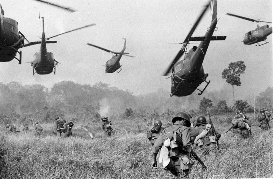 Helicópteros Huey dan fuego de cobertura a un grupo de soldados survietnamitas que se dirigen a atacar un campo del Vietcong al noroeste de Saigón, cerca de la frontera con Camboya