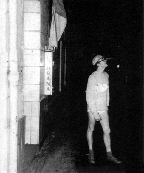 John Lennon en la puerta del Bambi Kino