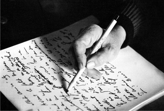 Marguerite Duras escribiendo