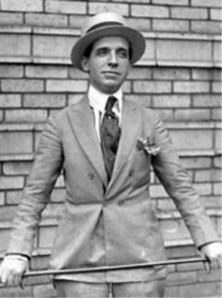 La teoría de Ponzi: si quieres tener éxito, viste como un hombre exitoso.