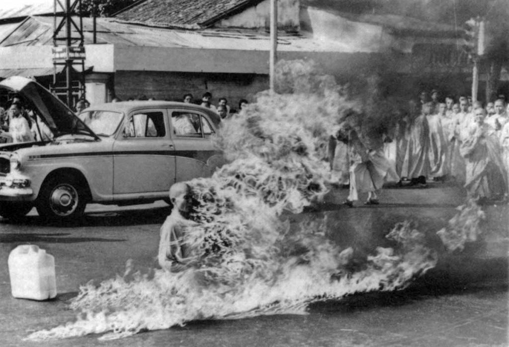 Thich Quang Duc se quema a lo bonzo hasta morir en una calle de Saigón - fotografía de Malcolm Browne