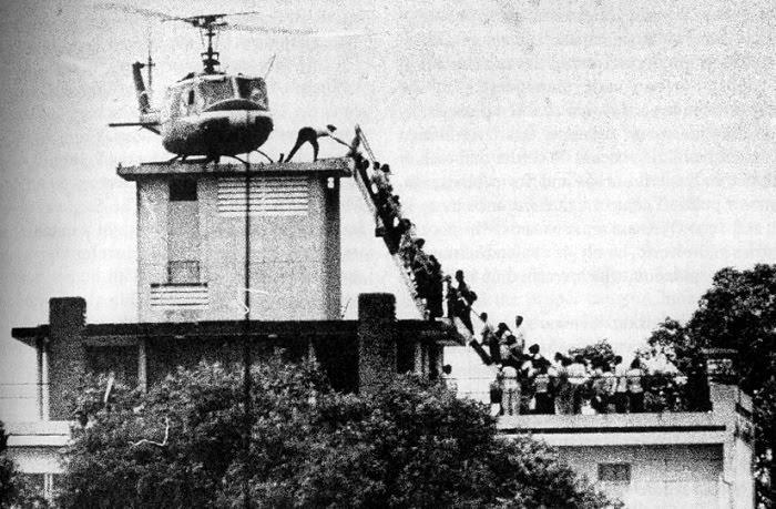 Un grupo de norteamericanos intenta subir a uno de los helicópteros sobre la embajada de EEUU en Saigón