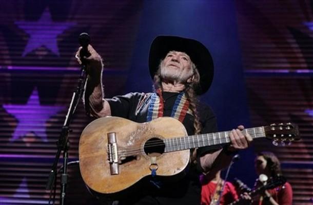 """Willie Nelson y su maltrecha guitarra """"Trigger"""". Willie afirma, muy serio, que ambos morirán a la vez."""