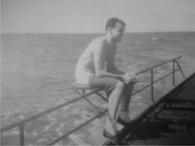 Submarinista lanzando un torpedo